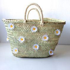 Image of Capazo Anteia Mode Simple, Pom Pom Crafts, Diy Tote Bag, Straw Handbags, Boho Bags, Clear Bags, Unique Bags, Basket Bag, Summer Bags