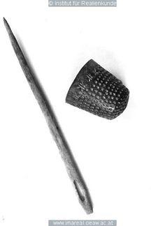 Fingerhut  Dieses Bild: 004733Ablage   Kunstwerk: Metallware ; Geräte Haushalt ; Fingerhut ; Seefeld  Dokumentation: 1470 ; 1586 ; Seefeld ; Österreich ; Tirol ; Heimatmuseum  Anmerkungen: Seefeld Schloßberg