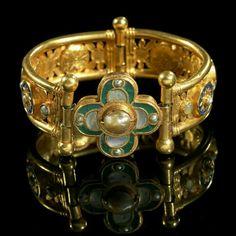 Gold Byzantine bracelet decorated with lapis lazuli, pearl and glass. Early Byzantine period, - century A. Byzantine Gold, Byzantine Jewelry, Renaissance Jewelry, Medieval Jewelry, Ancient Jewelry, Wiccan Jewelry, Modern Jewelry, Jewelry Art, Gold Jewelry