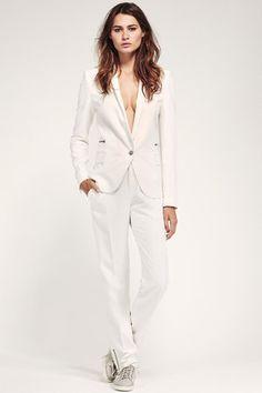 Tailleur-pantalon blanc de IKKS : Look séduisant pour rendez-vous galant - Journal des Femmes Mode