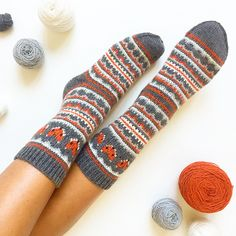fox-isle-socks 2 - This sock pattern combines two amazing things - fair isle knitting and foxes! Can it get any better? How To Start Knitting, Easy Knitting, Knitting Socks, Knitting Charts, Knitting Patterns Free, Free Pattern, Crochet Socks, Knitted Hats, Knit Socks