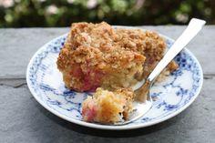 Meget lækker rabarberkage med sprødt havregrynsfyld på toppen.