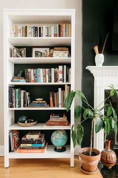 Sarah Montgomery Design bookshelf styling, eclectic living room What is Decoration? Decoration could be the art of decorating the inside … Styling Bookshelves, Bookshelves In Living Room, Decorating Bookshelves, Bookshelf Design, Bookshelf Ideas, Modern Bookshelf, Small Bookshelf, Organize Bookshelf, Bookshelf Inspiration