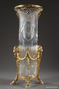 Vase en cristal taillé et gravé aux têtes de bélier
