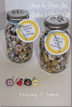 Mothers Day Gift Idea: Hug and Kisses Jar #mothersday #pickyourplum #bakerstwine #freeprintable #keepingitsimplecrafts