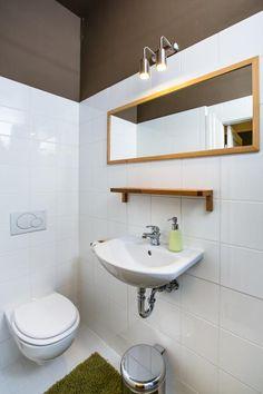 Außergewöhnlich Schönes Badezimmer Mit Braunen Und Grünen Farbakzenten Und Spiegel Mit  Holzrand. #Wohnung #Badezimmer