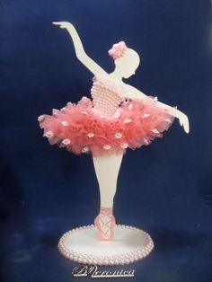 Lindo enfeite de mesa para festa ou para decorar o quarto da sua bailarina. Ela é decorada com perolas no corpete, renda, mini margaridas de gripir e fitas de cetim e perolas. Toda a roupinha é feita a mão. Atenção ela é igualzinha frente e verso. É uma exclusividade da By Veronica. Faço na... Crafts To Sell, Diy And Crafts, Crafts For Kids, Paper Crafts, Arts And Crafts, Ballerina Birthday Parties, Ballerina Party, Handmade Gifts For Friends, Easy Christmas Ornaments