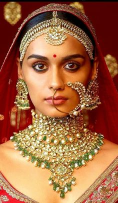 35 Trending Bridal Matha Patti Designs for Every Face Derived from two words, 'Matha' means forehead and 'Patti' means a band. Indian Wedding Bride, Indian Wedding Jewelry, Wedding Wear, Bridal Jewelry, Wedding Makeup, Bridal Makeup, Gold Jewelry, Bouquet Wedding, Indian Jewelry