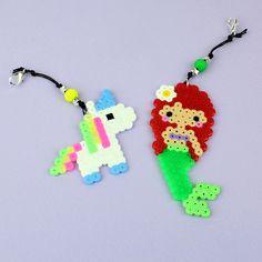 Tee silitettävistä Nabbi-helmistä makeita koristeita reppuun. Crochet Necklace, Helmet, Arts And Crafts, Christmas Ornaments, Holiday Decor, Jewelry, Home Decor, Hama, Jewlery