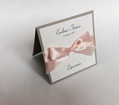 Zaproszenia ślubne, eleganckie, delikatne szarości, pudrowy róż, kolor przewodni niebo o zachodzie słońca ⛅️ Place Cards, Wedding Invitations, Place Card Holders, Weddings, Classic, Invitations, Invites Wedding, Derby, Wedding