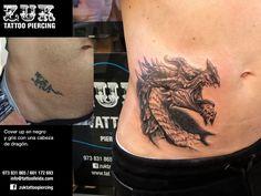 Cover up en negro y gris con una cabeza de dragón.