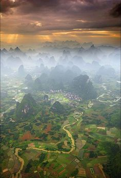 La brume sur Yangshuo en Chine