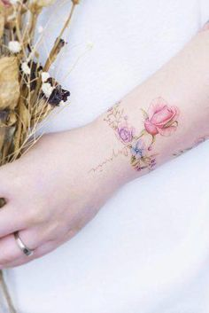 33 Delicate Wrist Tattoos For Your Upcoming Ink Session : Tatuajes Lindos Meaningful Wrist Tattoos, Cute Tattoos On Wrist, Flower Wrist Tattoos, Wrist Tattoos For Women, Word Tattoos, Body Art Tattoos, Tattoos For Guys, Tattoo Girls, Floral Tattoos