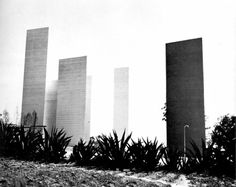 Vista lateral, Las Torres de Satélite, Ciudad Satélite, Naucalpan de Juárez, Estado de México, México 1957  Arq. Luis Barragán con Mathias Goeritz y Jesús Reyes Ferreira  Foto. Marianne Gast  Side view, The Towers of Satelite, Ciudad Satelite,...