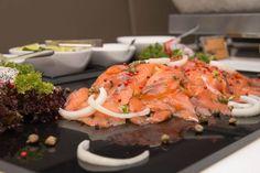 Merisuola ei olekaan paras valinta - näin valmistat täydellisen graavilohen Bruschetta, Food And Drink, Meat, Chicken, Ethnic Recipes, Cubs