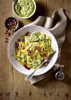 Zucchini-Nudeln mit Frischkäse-Pesto