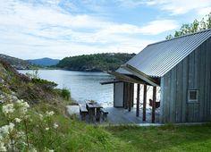 En Norvège, ancré au bord d'un fjord, un rorbu a été rénové dans la plus pure tradition scandinave. Ces anciennes cabanes de pêcheurs, transformées en habitations ou en hôtels, harponnent le cœur des contemplatifs, amoureux de nature grandiose. Nos plus belles escales entre ciel et mer.