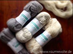 """Mit purer Wolle und Leinen wird der Ryijy Wandteppich genäht. Für das Motiv """"Alte Kiefer"""" braucht man einige Stränge. Die Wolle """"Tuukka"""" der traditionsreichen finnischen Firma Wetterhoff ist für einen Rya Rug erste Wahl. Das Ryijy Näh-Set ist bei uns im Shop erhältlich. #DIY"""