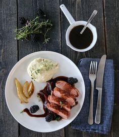 Andebryst er kjapp, enkel og kjempegod festmat, enten det er til små eller store anledninger. Her får andebrystet selskap av en smakfull balsamicosjy, rødløkskompott, bjørnebær og sellerirotmos. Frisk, Grill Pan, Sausage, Grilling, Meat, Tableware, Kitchen, Recipes, Food