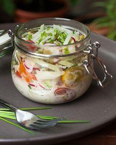 sommerlicher Salat mit Kohlrabi und Radieschen