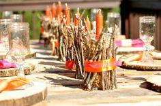 lanternes DIY automnales en bocaux décorés de branchettes, chandelles orange et rubans