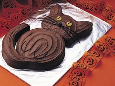 Halloween Black Cat Cake - I know it isn't anywhere near Halloween, but E loves cats, so I'm thinking of making this one for her birthday.