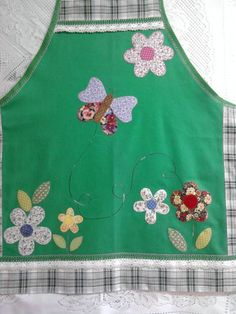 Feito com brim leve. Bordado à mão em patch-apliquê. Acabamento com renda de algodão e viés. R$ 60,00 Diy Clothes Patterns, Sewing Kids Clothes, Sewing For Kids, Sewing Crafts, Sewing Projects, Custom Aprons, Childrens Aprons, Retro Apron, Sewing Aprons