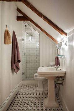 Étroite salle de bain sous les combles. Une douche au style adapté au lieu. Les géants devraient s'abstenir.
