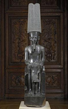 Le dieu Amon protège Toutânkhamon  ,1336 - 1327 avant J.-C., XVIIIe dynastie,diorite,H. : 2,20 m. ; L. : 0,44 m. ; Pr. : 0,78 m.