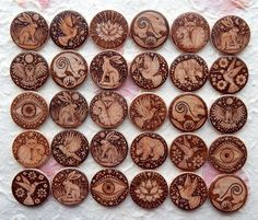 Pyrography - wood burned Jewellery selection by Gill Rippingale Brandmalerei - Auswahl an holzverbra Wood Burning Crafts, Wood Burning Patterns, Wood Burning Art, Wood Crafts, Decor Crafts, Diy Crafts, Wood Burn Designs, Wood Design, Dremel Projects