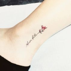 Script with flower tattoo on the ankle. tattoo - Script with flower tattoo on the ankle. Small Flower Tattoos, Large Tattoos, Trendy Tattoos, Popular Tattoos, Tattoo Flowers, Elegant Tattoos, Tattoos For Daughters, Sister Tattoos, Tattoo Script