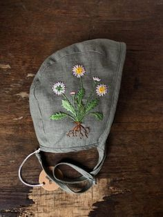 Linen baby bonnet with embroidered flowers. Christmas Embroidery, Hand Embroidery, Kids Clothesline, Flax Plant, Gender Neutral Baby Clothes, Baby Bonnets, Baby Cover, My Little Girl, Embroidered Flowers