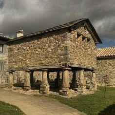 En #Navarra también encontramos hórreos, como este de Santa Fé. (By @veomundo en #Instagram) Saber más... -> http://www.turismo.navarra.es/esp/organice-viaje/recurso/Patrimonio/3063/Santa-Fe-de-Eparoz.htm