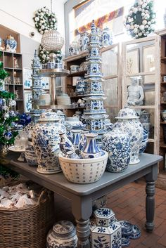 Blue and white display at Roger's Gardens Christmas 2015 Blue And White China, Blue China, Chinoiserie Chic, White Vases, White Rooms, White Decor, White Porcelain, White Ceramics, Table Settings