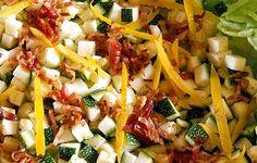 Kesäkurpitsasta, pekonista, salottisipulista ja sitruunasta syntyy värikäs salaatti. Pasta Salad, Zucchini, Chicken, Meat, Ethnic Recipes, Food, Crab Pasta Salad, Eten, Meals
