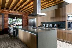 En la cocina destacan los bancos Masters creados por Philippe Stark.