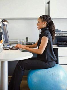 ¿Quieres hacer ejercicio en la oficina? Se puede:   http://www.atractivas.es/enforma/ejercicios/articulo/mujer-trabjadora-en-forma-en-la-oficina