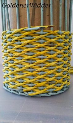 Weaving rurki z gazet Paper Basket Weaving, Basket Weaving Patterns, Willow Weaving, Weaving Art, Loom Weaving, Newspaper Basket, Newspaper Crafts, Diy Home Crafts, Diy Crafts To Sell