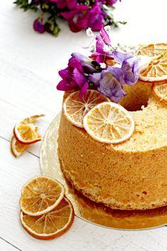 La Fluffosa arancia e mandorle è una soffice chiffon cake a base di succo e buccia grattugiata di arancia, farina di mandorle e profumata al liquore Cointreau. Perfetta a colazione, per accompagnare il tè pomeridiano o, se decorata, come torta di compleanno, la Fluffosa arancia e mandorle è tra le mie preferite. Domenica scorsa, 25 febbraio, qui a Napoli c'è stato il primo di una serie di corsi di pasticceria organizzati da me e Dolci fai da te Marra e, in questa occasione, ho preparato q...