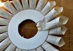 – Du er på rett sted om jul krans låve Her tilbyr vi deg mest mulig … Recycled Book Crafts, Old Book Crafts, Book Page Crafts, Book Page Art, Newspaper Crafts, Book Pages, Paper Flower Tutorial, Wreath Tutorial, Geek Crafts