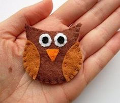 Handmade Owl Brooch tutorial by Laura Howard from Bugs and Fishes. This free hand applique pattern is great for a beginner!