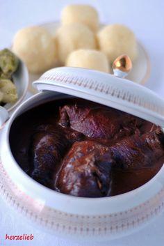 Omas Rezept für Rinderrouladen. Die dunkle Soße macht sie so verführerisch! Das Rezept gibt es auf dem Blog!