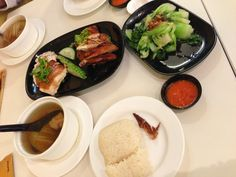 在新加坡留学的那两年里,我几乎吃遍了全岛的海南鸡饭,还是最爱威南记,可惜不巧遇上他们搬迁装修,只好在对面南香吃。