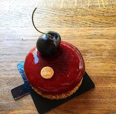 Le cerise  @boulangerieutopie  Mousse et compotée cerise   Sablé pressé . . #paris#pariseats #parisfood #parisfoodie#boulangerieutopie #decouvrirensemble #cettesemainesurinstagram #bonneadresse #bonneadresseparis#seriouseats #foodstagram #foodporn #foodblogger#follow #like4like #f4f #foodphotography #foudepatisserie #topparisresto #frenchfood #eatclean #picoftheday #photography #photoshoot #instagram #instagood #instagram#cerise #vscocam#lefoodinglyquentin