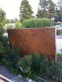 Containerliving By Us: En rostig plåt, blir en avgränsare i trädgården. Plank, Portal, Fence, Outdoor Living, Deco, Outdoor Life, The Great Outdoors, Planks, Outdoors