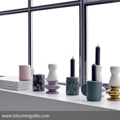 Traumhaft kombiniert: Verschiedene Kerzenständer aus Keramik und Marmor - einfach schön! Ein tolles Styling für die heimische Fensterbank! Mehr Ideen gibt es auf roomido.com