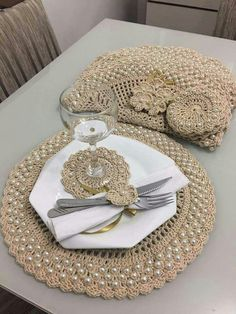 Come try our step-by-step Crochet and discover ways to make unimaginable items with crochet! Crochet Diy, Crochet Geek, Crochet Home, Love Crochet, Crochet Motif, Crochet Designs, Crochet Doilies, Crochet Flowers, Crochet Patterns