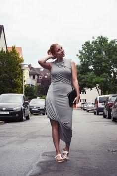 Outfit: graues Kleid mit Raffungen | http://www.glasschuh.com/2015/07/outfit-graues-kleid-mit-raffungen/ #outfit #dress #grey #H&M #Birkenstock #glasschuhloves