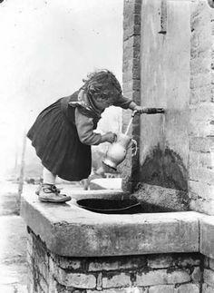 Ché tenerezza questa bimba che prende l' acqua alla fontana