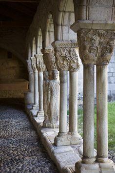 Saint-Bertrand de Comminges sur le Chemin de Compostelle - annima.fr Art Roman, Bertrand, Beaux Villages, France, Romanesque, Saint, Greek, Statue, Paths